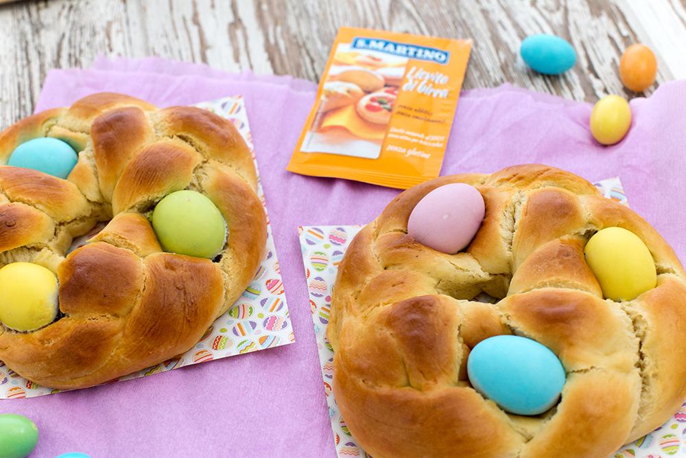 Corone dolci di Pasqua con ovetti di cioccolato