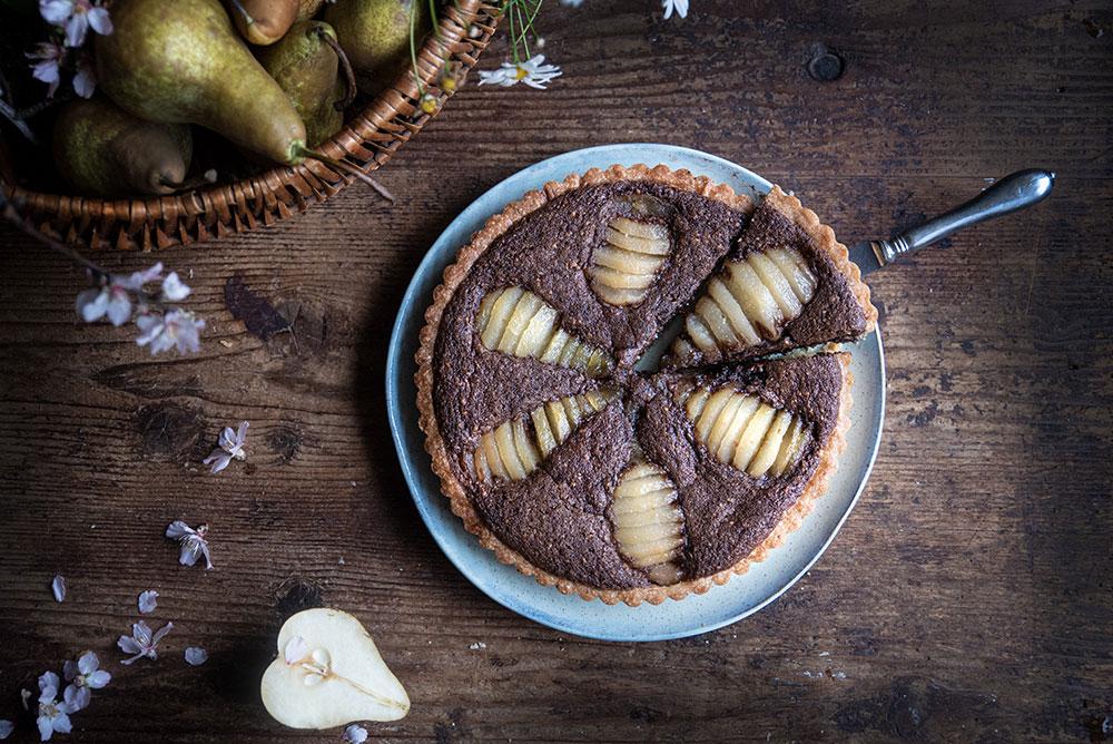 Crostata frangipane al cacao con pere